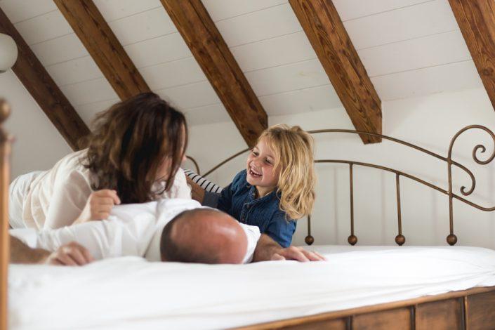 Familienfoto zu Hause auf dem Bett